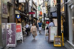 Kyoto, Japan - 19. Mai 2017: Touristen in Pontocho Dori Street, t Stockbilder