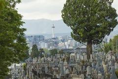 KYOTO JAPAN - MAJ 01: Higashi Otani kyrkogård på Maj 01, 2014 I Arkivfoton