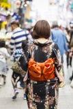 KYOTO JAPAN - MAJ 01, 2014: Japanska kvinnor bär ett traditionellt D Royaltyfria Bilder