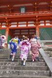 KYOTO JAPAN - MAJ 01, 2014: Japanska kvinnor bär ett traditionellt D Royaltyfri Bild