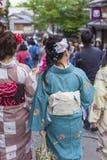 KYOTO JAPAN - MAJ 01, 2014: Japanska kvinnor bär ett traditionellt D Royaltyfria Foton