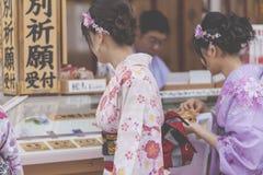 KYOTO JAPAN - MAJ 01, 2014: Japanska kvinnor bär ett traditionellt D Royaltyfri Fotografi