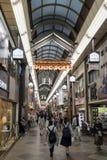 Kyoto Japan - Maj 18, 2017: Shin Kyogoku Shopping Arcade Royaltyfri Bild