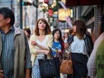Kyoto Japan - Maj 13: Två oidentifierade flickor som går gatorna av i stadens centrum Kyoto på Maj 13, 2015 i Kyoto, Japan Fotografering för Bildbyråer