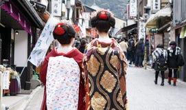 Kyoto Japan - mars 2015 - geishaen bär traditionell kläderintelligens Arkivfoton