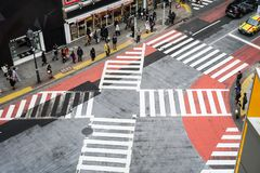 Kyoto Japan - Mars 12 2016: Japansk befolkning korsade vägar royaltyfri foto