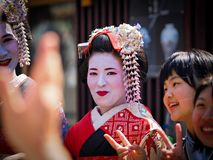 Kyoto, Japan - Mei 10: De geishaglimlachen bij camera in beroemd Gion Geisha-district kunnen 10, 2014 in Kyoto, Japan Royalty-vrije Stock Fotografie