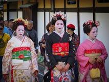 Kyoto, Japan - Mei 10: De geishaglimlachen bij camera in beroemd Gion Geisha-district kunnen 10, 2014 in Kyoto, Japan Stock Foto's
