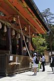 Kyoto, Japan - Mei 19, 2017: Mensen die athe klok bellen en prayin Royalty-vrije Stock Afbeelding