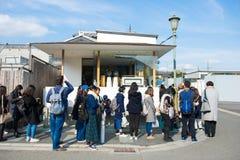 Kyoto Japan - November 17, 2017: Folk som väntar för att köpa ett berömt Arkivbild