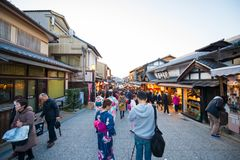 KYOTO JAPAN - NOVEMBER 17, 2017: Folkmassor av folk på shoppien Royaltyfri Foto