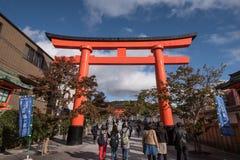 KYOTO JAPAN - NOVEMBER 24: Fushimi Inari Taisha relikskrin på November 2 Royaltyfri Fotografi