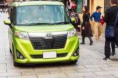 KYOTO, JAPAN - NOVEMBER 7, 2017: Groene Toyota-auto op stadsstraat Exemplaarruimte voor tekst Royalty-vrije Stock Fotografie