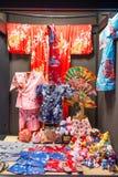 KYOTO JAPAN - NOVEMBER 17, 2017: Kimonot shoppar på gatan till K Arkivbild