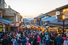 KYOTO, JAPAN - NOVEMBER 17, 2017: Menigten van mensen bij shoppi Royalty-vrije Stock Afbeeldingen