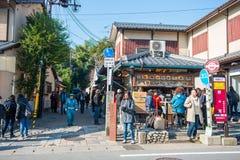 Kyoto, Japan - November 17, 2017: Mensen die op straat i lopen Stock Afbeeldingen