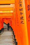KYOTO JAPAN - November 20, 2018: Röda toriiportar i Fushimi Inari relikskrin, en av de populäraste byggnaderna i Kyoto arkivbild