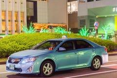KYOTO, JAPAN - NOVEMBER 7, 2017: Toyota-auto op stadsstraat exemplaar Royalty-vrije Stock Foto's