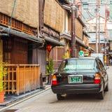 KYOTO, JAPAN - NOVEMBER 7, 2017: Toyota-auto op stadsstraat Exemplaarruimte voor tekst Stock Foto's