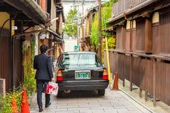 KYOTO, JAPAN - NOVEMBER 7, 2017: Toyota-auto op stadsstraat Exemplaarruimte voor tekst Stock Afbeeldingen