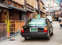 KYOTO, JAPAN - NOVEMBER 7, 2017: Toyota-auto op stadsstraat Exemplaarruimte voor tekst Royalty-vrije Stock Foto's