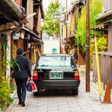 KYOTO, JAPAN - NOVEMBER 7, 2017: Toyota-auto op stadsstraat Exemplaarruimte voor tekst Royalty-vrije Stock Foto