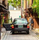 KYOTO, JAPAN - NOVEMBER 7, 2017: Toyota-auto op stadsstraat Exemplaarruimte voor tekst Stock Fotografie