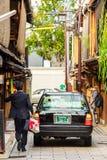 KYOTO, JAPAN - NOVEMBER 7, 2017: Toyota-auto op stadsstraat Exemplaarruimte voor tekst verticaal Royalty-vrije Stock Afbeeldingen