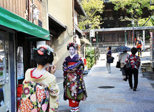 KYOTO JAPAN - OCT 21 2012: Japansk damtoalett i traditionell klänning royaltyfri foto