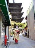 KYOTO JAPAN - OCT 21 2012: Japansk damtoalett i traditionell klänning fotografering för bildbyråer