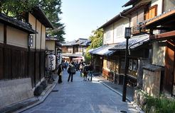 KYOTO, JAPAN - OCT 21 2012: Tourists walk on a street leading to Royalty Free Stock Photography