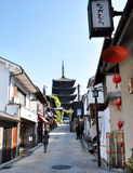 KYOTO, JAPAN - OCT 21 2012: Tourists walk on a street leading to Royalty Free Stock Photos
