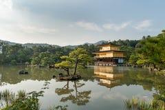 KYOTO JAPAN - OKTOBER 09, 2015: Den Kinkaku-ji templet av den guld- paviljongen namngav officiellt Rokuon-ji Är den trädgårds- te Royaltyfria Bilder