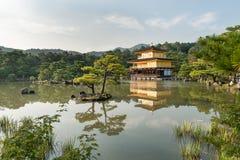 KYOTO JAPAN - OKTOBER 09, 2015: Den Kinkaku-ji templet av den guld- paviljongen namngav officiellt Rokuon-ji Är den trädgårds- te Arkivfoto