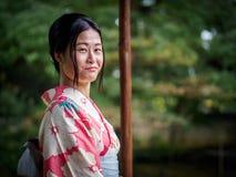 Kyoto Japan - Oktober 03: Den oidentifierade kvinnliga turisten i tradionaljapankläder ler in Shoren-i templet på Royaltyfria Foton