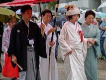 Kyoto Japan - Oktober 03: Den okända japanska bruden går gatan i regnet på henne som in rensar på Oktober 03, 2016 Arkivbilder