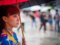 Kyoto Japan - Oktober 03: Oidentifierad kvinnlig turist i tradionaljapankläder med paraplyet in Shoren-i templet Arkivbilder