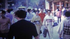 KYOTO JAPAN -1972: Resa till den populära röktemplet till och med folkmassorna arkivfilmer