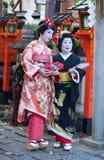 KYOTO, JAPÃO - NOVEMBRO 8, 2011: Maiko e Geiko Fotos de Stock Royalty Free
