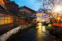 Kyoto, Japon ? la rivi?re de Shirakawa dans Gion District pendant le ressort Saison de blosson de cerise ? Kyoto, Japon photo stock