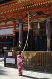 Kyoto, Japon - 18 mai 2017 : Femme dans le kimono tirant le cloche-RO photographie stock