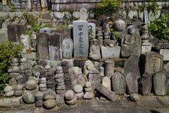Kyoto, Japon - 19 mai 2017 : Vieilles tombes et pierres tombales du d Photos stock
