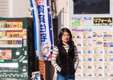KYOTO, JAPON - 7 NOVEMBRE 2017 : Une fille japonaise sur une rue de ville images stock