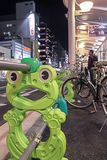 Kyoto, Japonia - 2010: Żaba kształta poręcz blokować bicykle obrazy stock