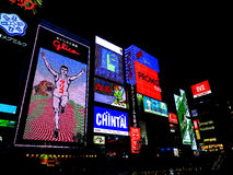 Kyoto, Japonia: billboardy i oświetlenie od restauraci przy stroną Zdjęcie Stock