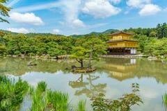 KYOTO, JAPONIA CZERWIEC 7, 2015: Kinkakuji świątynia za drzewami popularna Zen Buddyjska świątynia w Kyoto, Japonia Obrazy Royalty Free