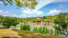 KYOTO, JAPONIA CZERWIEC 7, 2015: Kinkakuji świątynia za drzewami popularna Zen Buddyjska świątynia w Kyoto, Japonia Fotografia Royalty Free