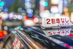KYOTO JAPONIA, KWIECIEŃ, - 2016: Czarny taxi oczekuje klientów przy nocą Zdjęcia Royalty Free
