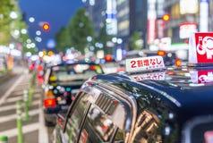 KYOTO JAPONIA, KWIECIEŃ, - 2016: Czarny taxi oczekuje klientów przy nocą Obrazy Royalty Free