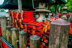 KYOTO JAPONIA, LIPIEC, - 05, 2017: Świątyni Choja świątyni modlitewny teren przy Fushimi Inari Taisha świątynią sławny historyczn Fotografia Stock